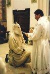 Questa foto rappresenta il momento in cui il saccone viene consacrato e assume il nuovo nome.