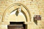 In questo portale della chiesa, sede della Confraternita, troviamo lo stemma del Capitolo Vaticano, segni riguardanti la Confraternita e segni templari.